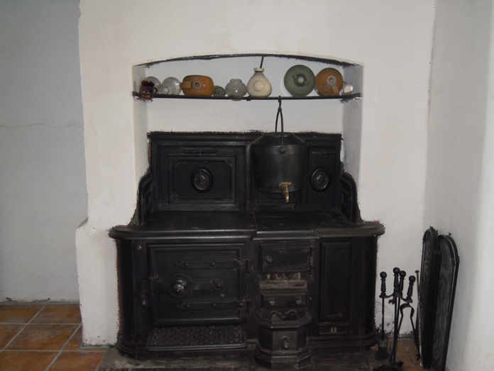 Thatched House, Ballygarran, Wexford 06 - Carron Company Stove