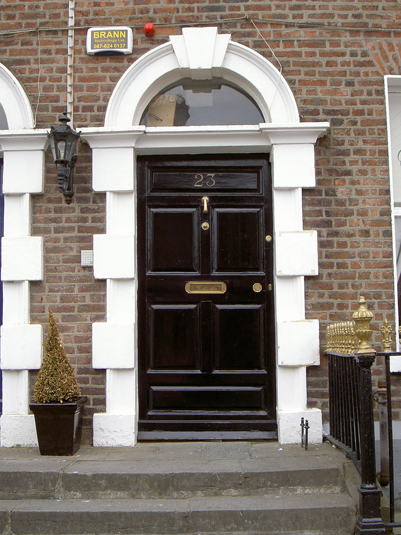 Entrance door with Gibbsian surround